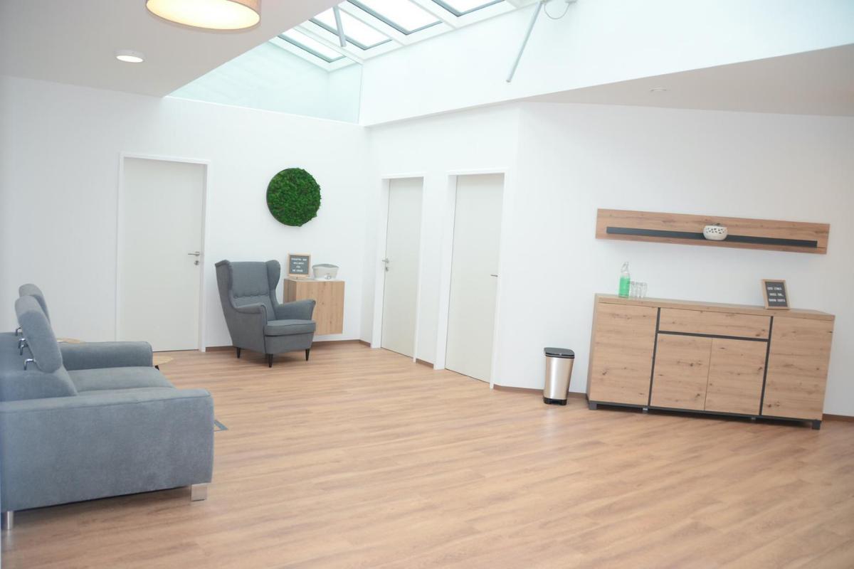 Heller und moderner Warteraum im Therapiezentrum Körperschwung in Taufkirchen an der Trattnach.