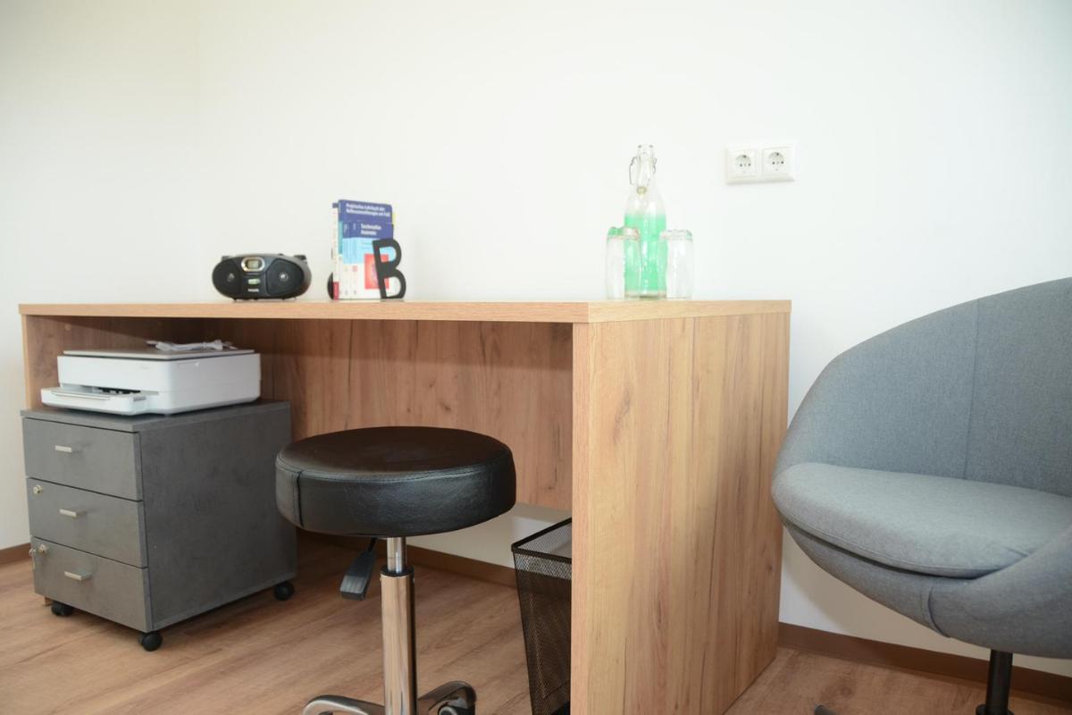 Dieses Bild zeigt einen vollausgestatteten Therapieraum mit Wlan Drucker, Online Buchungssystem, Online Gutscheinsystem, Webauftritt & noch vieles mehr.