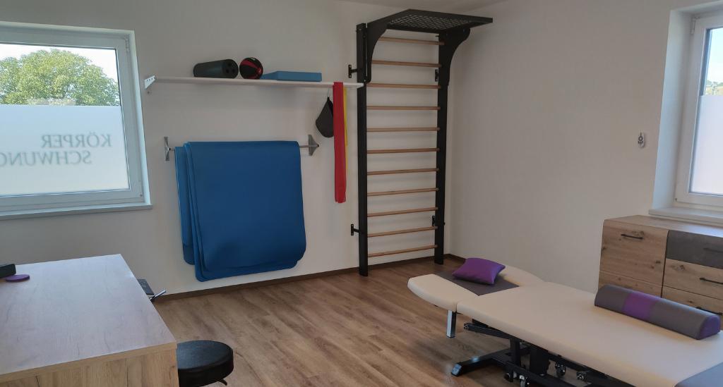 Praxisraum für Physiotherapie, Ergotherapie, Logopädie, Hebamme, Shiatsu. Der Therapieraum ist hell, modern, lichtdurchflutet und volletabliert mit elektr. Liege, Regale & Kommode, Sprossenwand, Kettleballs, Therapieutensilien und noch vieles mehr.